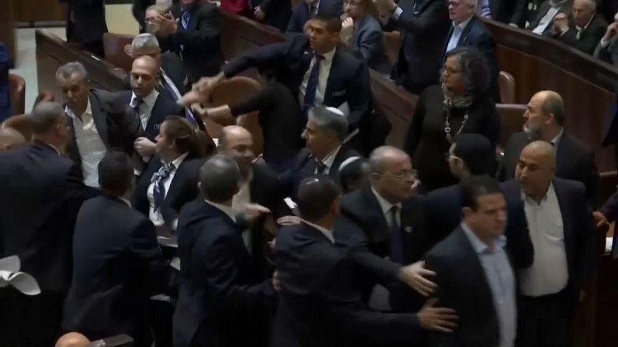 شاهد: طرد النواب العرب من الكنيست الإسرائيلي قبيل كلمة نائب دونالد ترامب