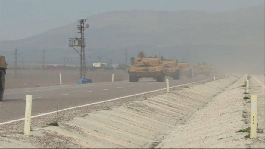Carri armati turchi al confine tra la Turchia e la Siria