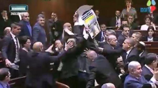 Dulakodás az izraeli parlamentben