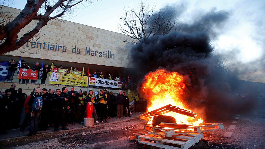 مفاوضات بين حراس السجون المضربين في فرنسا إثر تعرضهم لهجمات سجناء
