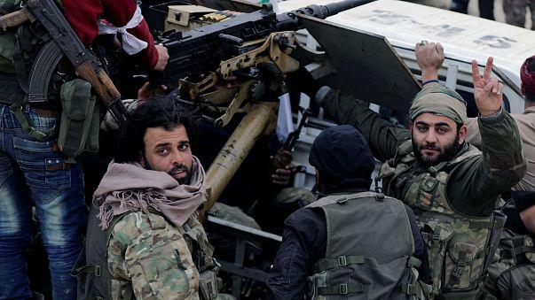آلاف السوريين يفرون من عفرين وقوات النظام تصدهم