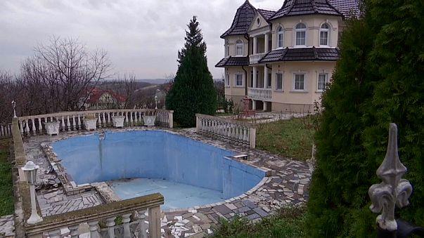 Luxusvillen verfallen in serbischem Geisterdorf