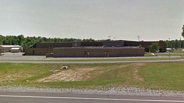 طالب ثانوي يقتل اثنين من زملائه ويصيب 12 في مدرسة بولاية كنتاكي