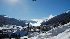 Davos, WEF sotto la neve tra valanghe artificiali e allerta elicotteri