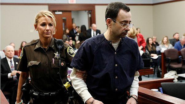 Larry Nassar ouviu testemunhas num tribunal do Michigan