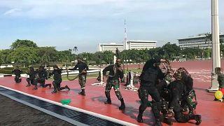 Ινδονησία: Στρατιώτες ήπιαν αίμα φιδιού και έσπασαν τούβλα με το κεφάλι τους!