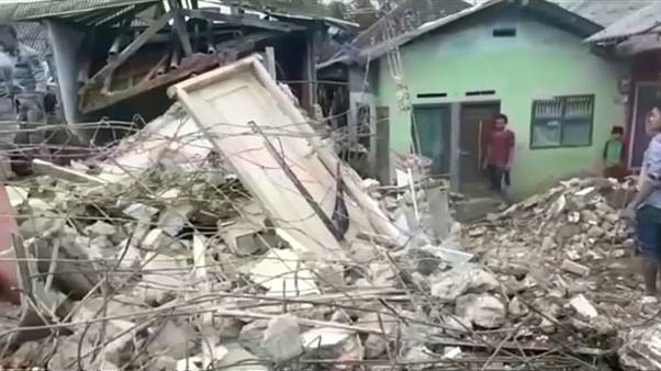 شاهد: زلزال إندونيسيا يدمر المئات من المنازل في جزيرة جاوة