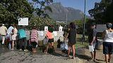 Donne in fila alla fontana a Città del Capo