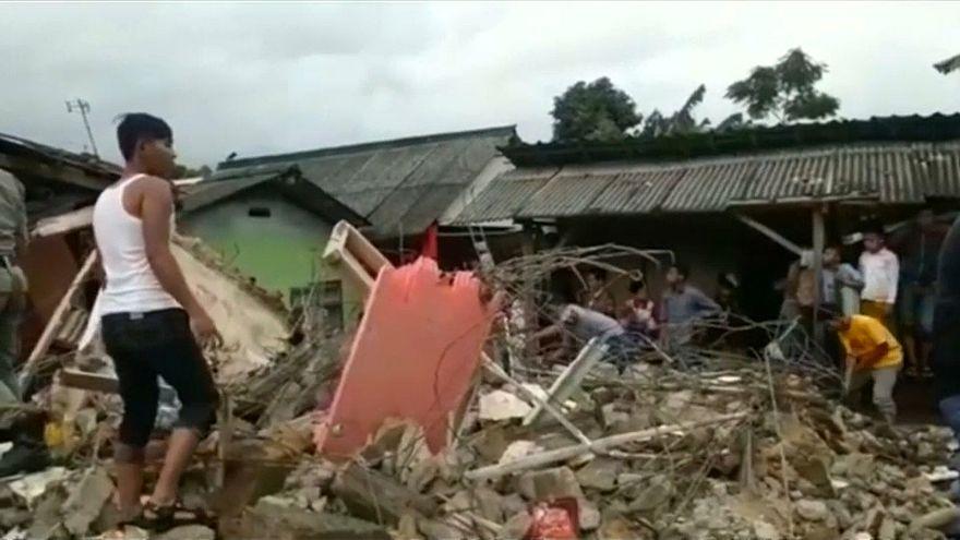 Beben zerstört 300 Häuser auf Java