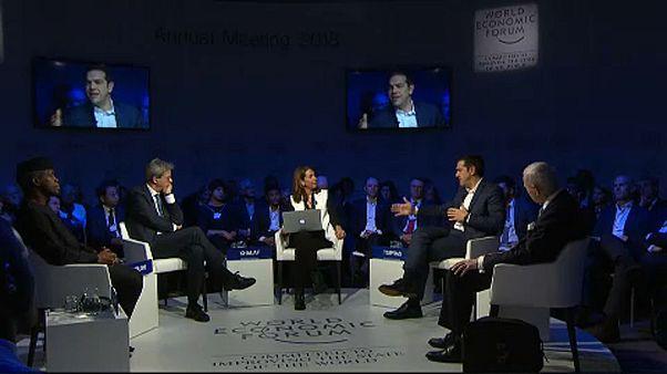 A menekültügyről beszélgetett az olasz és a görög kormányfő Davosban