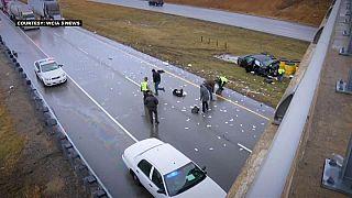 تصادف رانندگی در ایالت ایلینوی، بزرگراه را اسکناس باران کرد