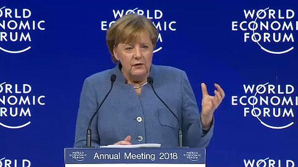 Davos, 2. nap: Macron és Merkel