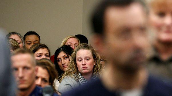Des victimes de Larry Nassar écoutent le verdict au terme de son procès.