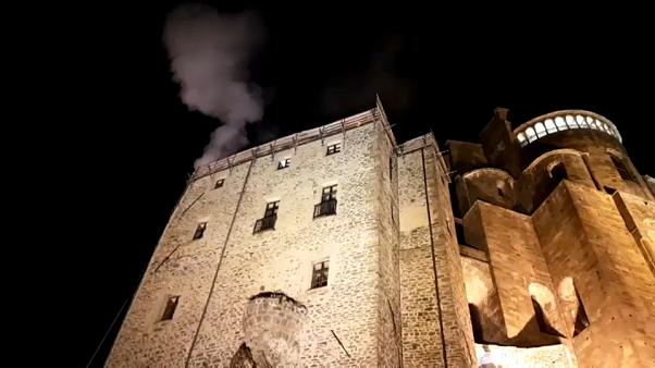 """Torino, in fiamme il monastero che ispirò """"Il nome della rosa"""""""