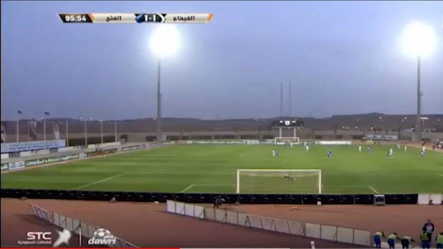 حكم إنجليزي يوقف مباراة في السعودية بسبب الأذان