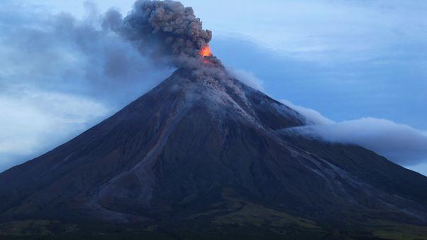 Vulkan Mayon spuckt weiter, Anwohner fliehen