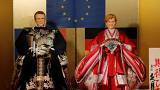 """Macron y Merkel ya tienen sus réplicas tradicionales japonesas para que """"mejoren el mundo"""""""