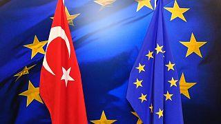 Les drapeaux turc et européen