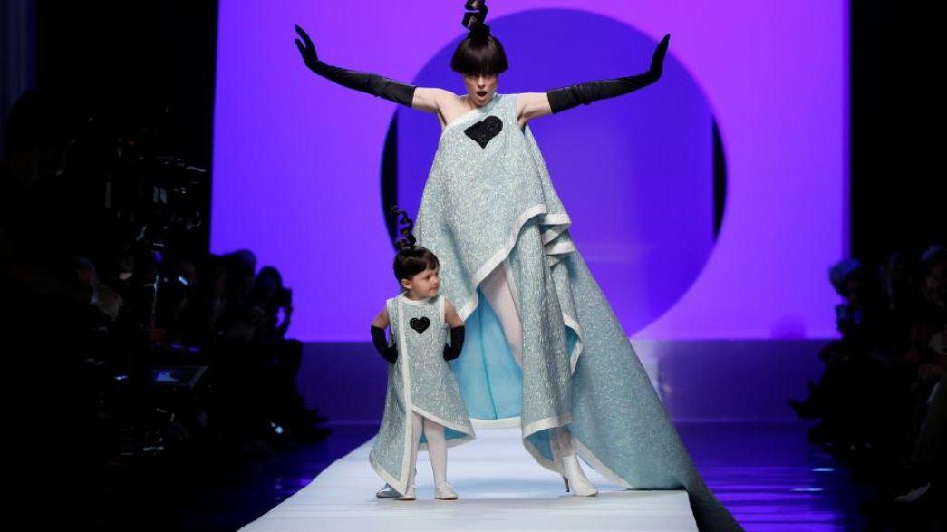 Coco Rochas... et sa petite fille défilent pour Gaultier.