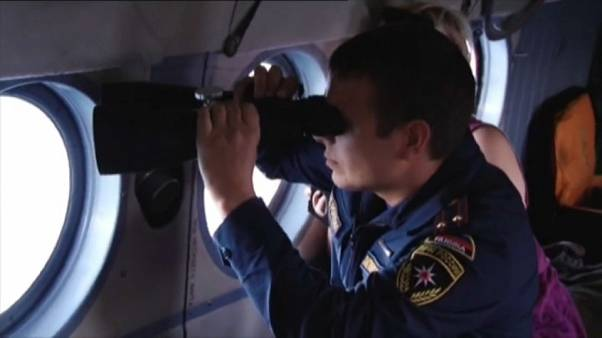 Un sauveteur tente de retrouver la trace du bateau disparu
