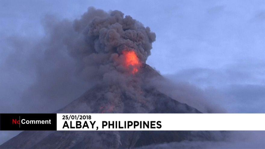 Espectacular erupción de un volcán en Filipinas