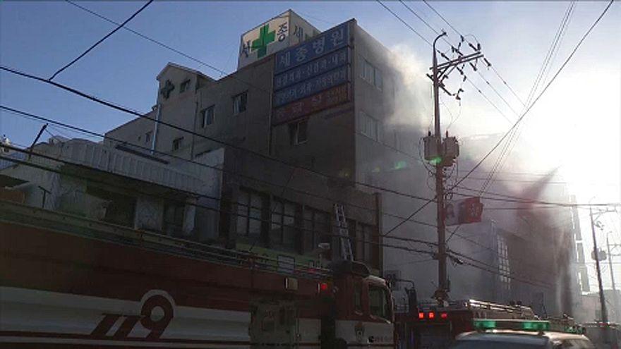 Rengetegen bennégtek egy dél-koreai kórháztűzben