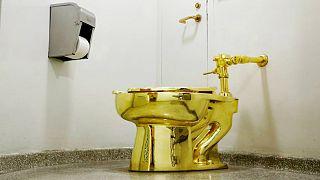 توالت طلا، اثر موریزو کاتلان هنرمند ایتالیایی ساخته شده با طلای ۱۸ عیار