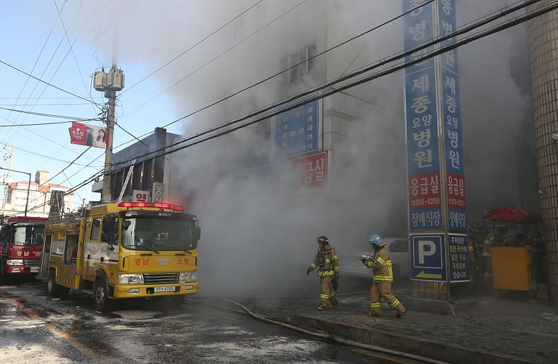Ospedale in fiamme, molti morti