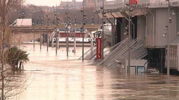 شاهد: شوارع باريس ومعالمها تحت وطأة مياه نهر السين وإجلاء المئات