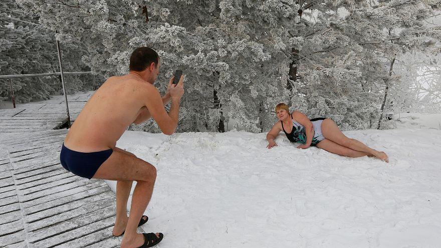 بالصور: روس يسبحون في درجة حرارة -38 بسيبيريا