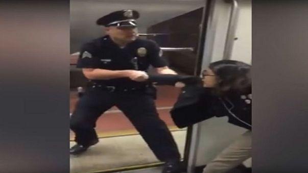 شاهد .. شرطي أمريكي يطرد فتاة من مترو الأنفاق بسبب وضع قدمها على مقعد أمامها