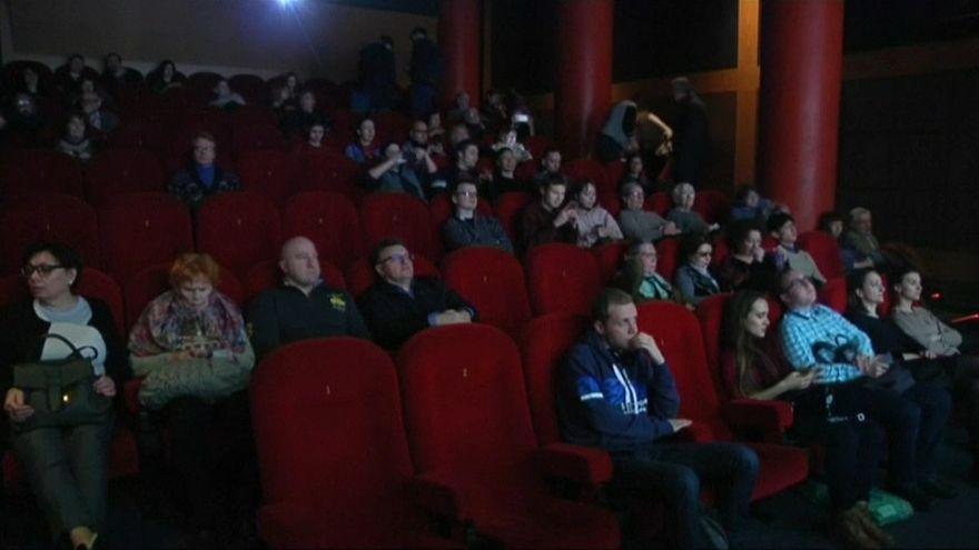 Un cinema di Mosca sfida la censura proiettando la commedia su Stalin