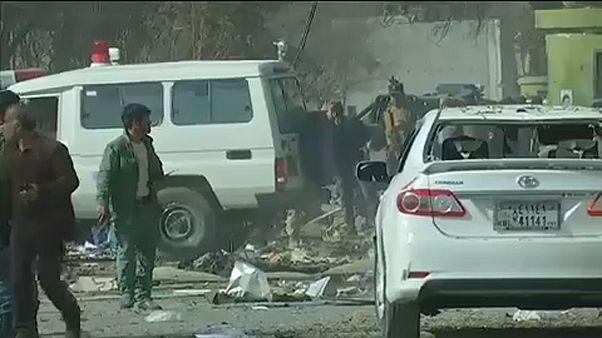 Mentőautóba rejtett bomba robbant Kabulban, sok a halott és a sebesült.