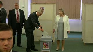 Una mujer vota en un colegio electoral de Praga
