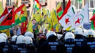 Polizei löst Kurden-Großdemo in Köln auf