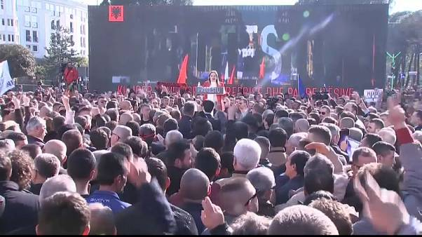 Miles de opositores piden la dimisión del Gobierno en las calles de Tirana