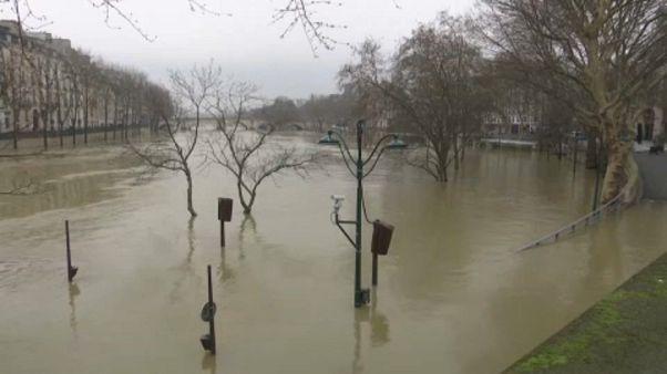 Párizsi árvíz: hamarosan tetőzik a Szajna