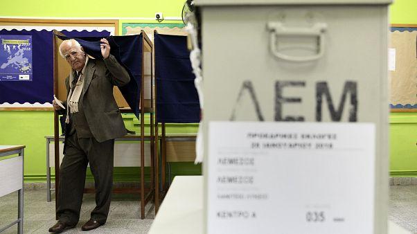 Un électeur chypriote sort de l'isoloir.