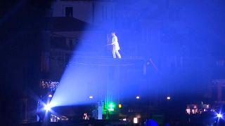 Tollkühne Seiltänzer und Feuerschlucker beim Karneval von Venedig