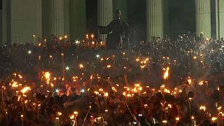 Küba'da binlerce kişi meşalelerle yürüdü