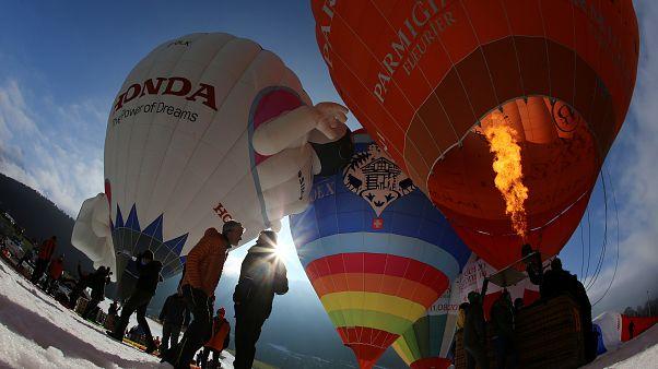 Bunte Flotte: Heißluftballonfestival in Château d'Oex eröffnet