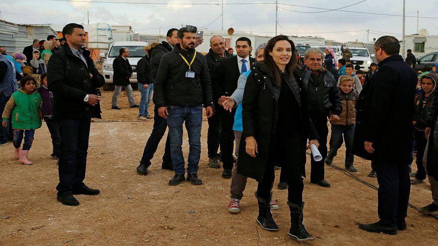 أنجلينا جولي تتفقد مخيم الزعتري وتدعو إلى التحرك لوقف الحرب في سورية