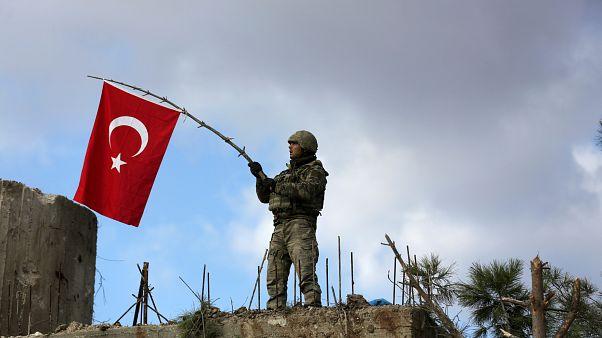 Türkischer Soldat mit Fahne in Syrien