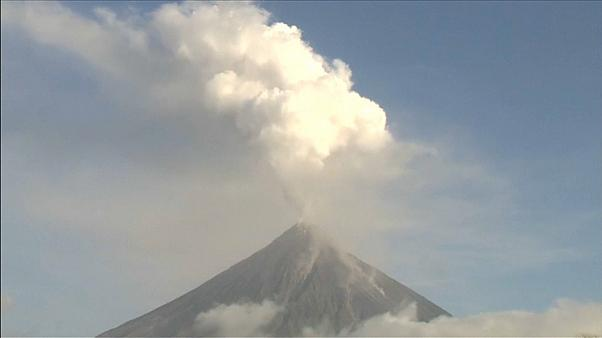 Non cessa l'eruzione del Mayon