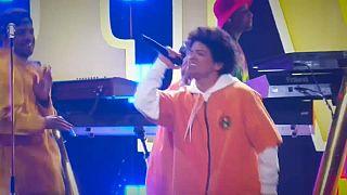 Bruno Mars arrasa con seis premios Grammy
