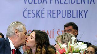 Der tschechische Präsident Milos Zeman freut sich über seine Wiederwahl.