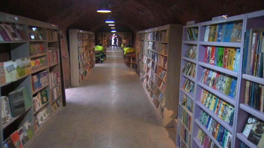 مكتبة في تركيا، أصحابُها عمّالُ نظافة وكتبُها من صناديق القمامة
