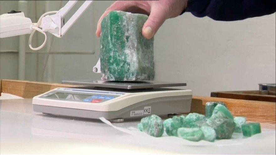 اكتشاف زمردة نادرة في روسيا يصل وزنها إلى 1.5 كلغ