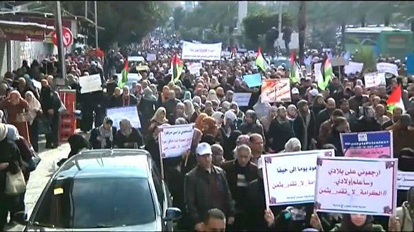 """مظاهرة وإضراب عام لموظفي """"أونروا"""" في غزة تنديداً بقرار ترامب تخفيض المساعدات للوكالة"""