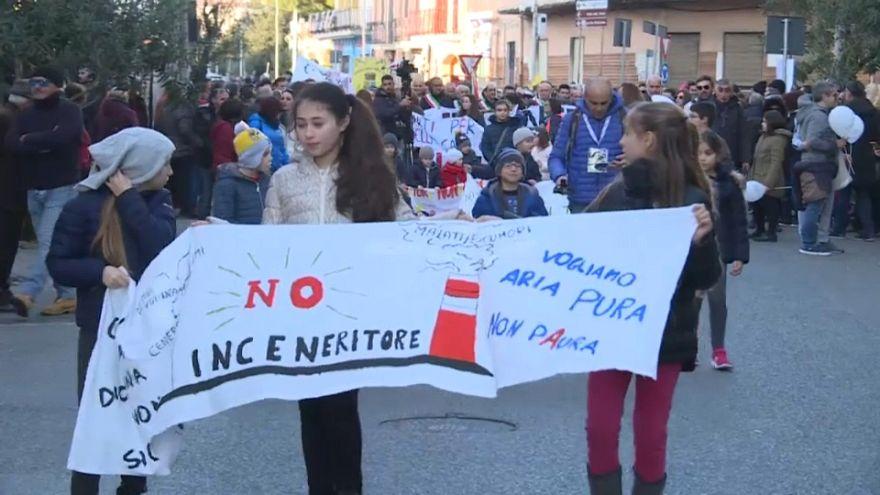 Donne e bambini in Val di Mela contro l'inceneritore